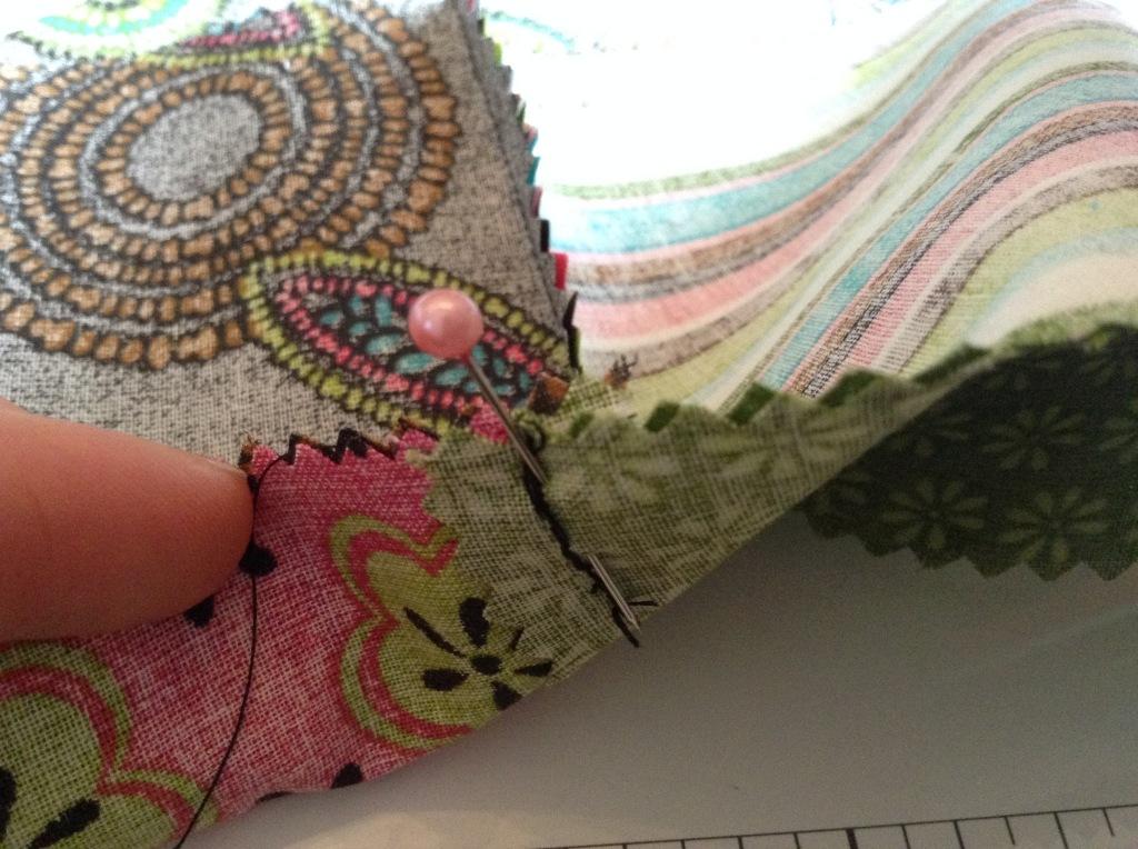 DIY Patchwork Tischläufer - Nadel in der nahr, sodass die zwei Nähte genau aufeinander treffen