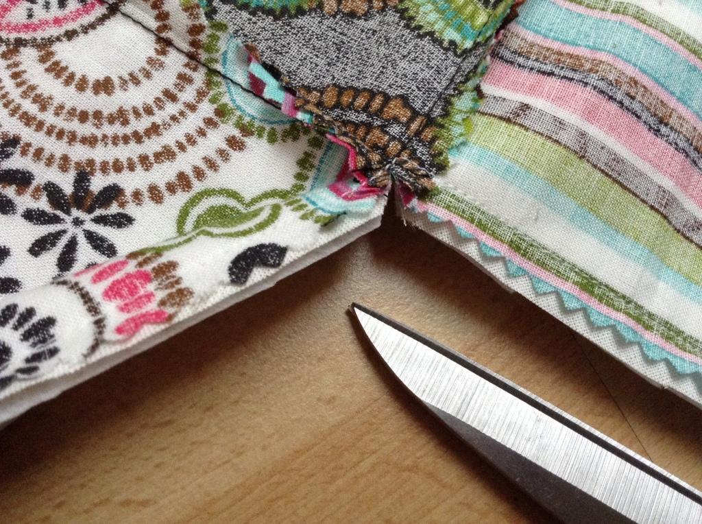 DIY Patchwork Tischläufer - Ecken einschneiden bis zur Naht, nicht durchschneiden!!!