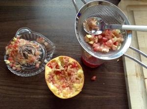 DIY Vitaminbombe - Granatapfelstücke durch das Sieb pressen