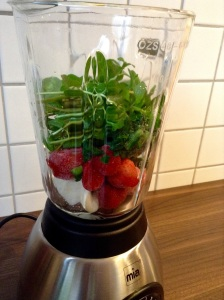 Green Smoothie light - Banane, Erdbeeren, Spinat und Minze in den Mixer
