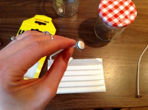 DIY Kerzen gießen - Haftklebepunt an den Docht kleben