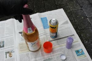 Sektflasche im Glitzerdesign DIY - Kleber schütteln, Glitzer öffnen