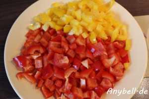 Paprika-Mais-Suppe Vegan - Zwiebel und Paprika in grobe Würfel schneiden