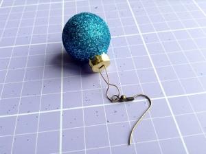 DIY Weihnachtsohrringe - Kugelanhänger wieder in die Kugel