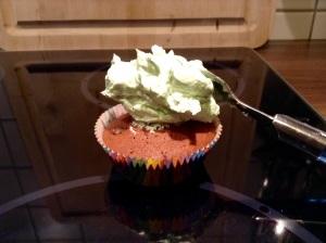 Schoko-Minz-Cupcakes - Topping klecks auf den Muffin geben