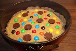 Peanut butter cups und M&M´s auf dem Kuchen verteilen