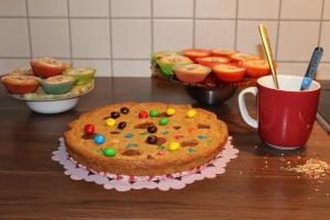 Kuchen und Muffins auf essbaren Tellern