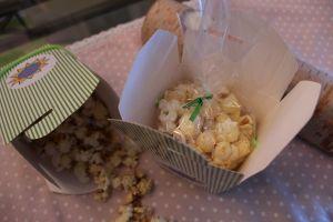 Gefüllte Schachteln mit Popcorn