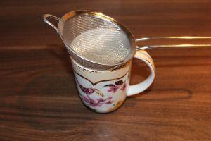 Lavendel Kakao - Sieb auf die Tasse