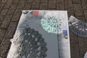 DIY Leinwände besprühen -  Deckchen vorsichtig ablösen
