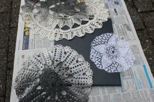 DIY Leinwände besprühen - Deckchen auflegen