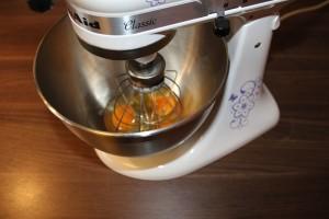 Brownies mit Erdnusscreme - Eier aufschlagen