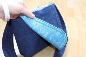 Überschlag an der Tasche befestigen