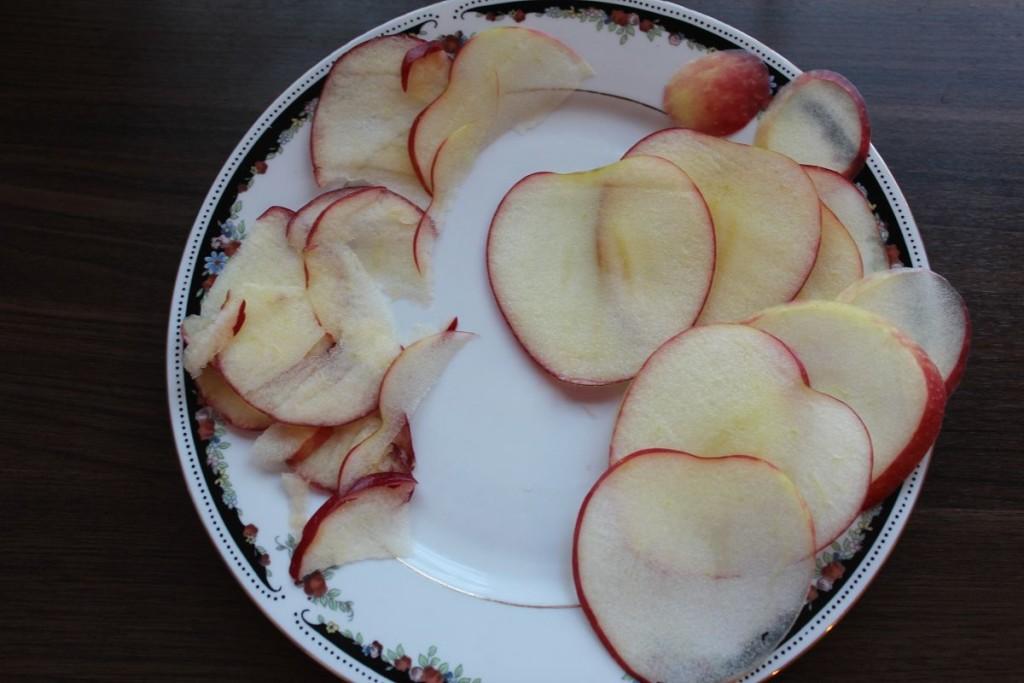 Äpfel hobeln oder sehr dünn Schneiden